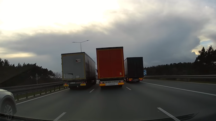 """""""Wyścig słoni"""" na A2. Ciężarówki zablokowały autostradę"""