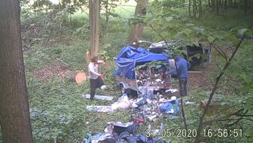 Przywieźli śmieci do lasu, a tam fotopułapka